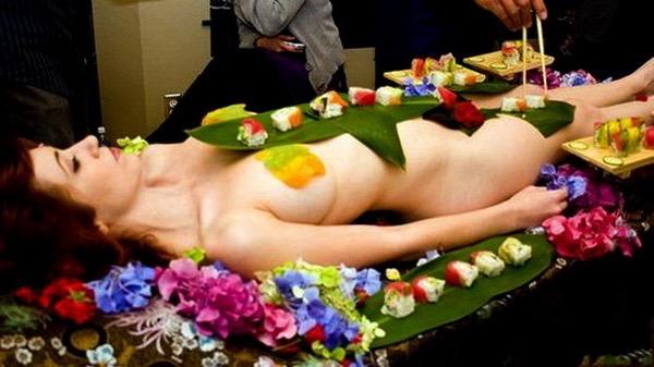 【女体盛りエロ画像】女性の身体を器に見立てて料理を乗せて楽しむ風俗遊び 84