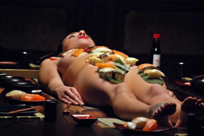 【女体盛りエロ画像】女性の身体を器に見立てて料理を乗せて楽しむ風俗遊び 86