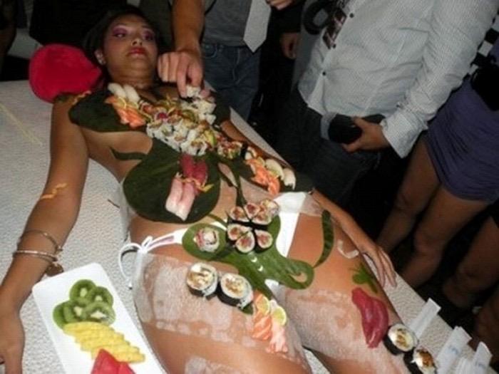 【女体盛りエロ画像】女性の身体を器に見立てて料理を乗せて楽しむ風俗遊び 87