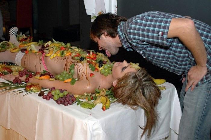 【女体盛りエロ画像】女性の身体を器に見立てて料理を乗せて楽しむ風俗遊び 89
