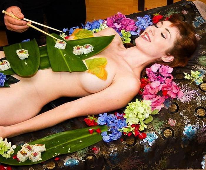 【女体盛りエロ画像】女性の身体を器に見立てて料理を乗せて楽しむ風俗遊び 90