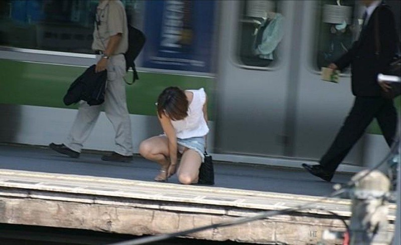 【素人パンチラ画像】様々な場所でパンチラハプニングであってしまった素人娘たち 09