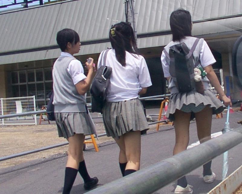 【素人パンチラ画像】様々な場所でパンチラハプニングであってしまった素人娘たち 10