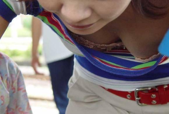 【素人乳首チラ画像】覗くつもりが無くても乳首が見えちゃう無防備過ぎる素人娘たち 09