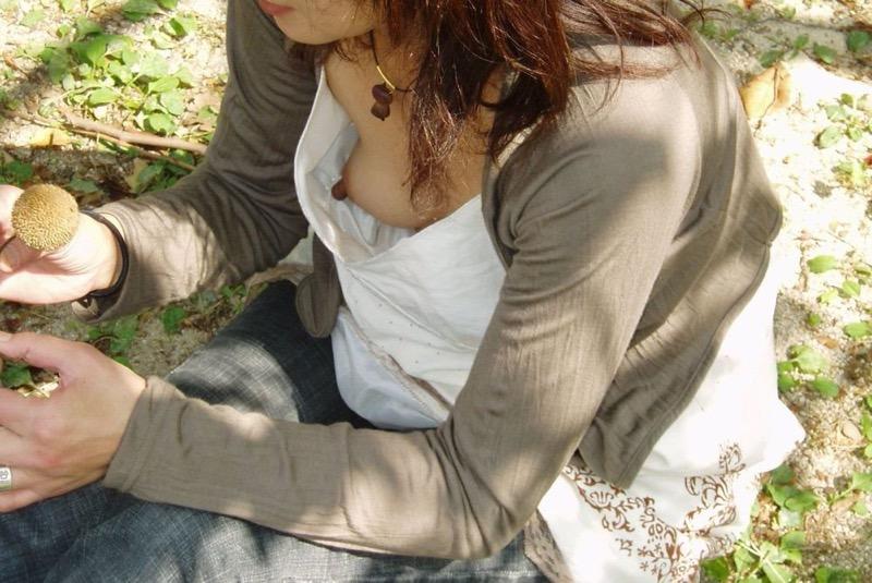 【素人乳首チラ画像】覗くつもりが無くても乳首が見えちゃう無防備過ぎる素人娘たち 22