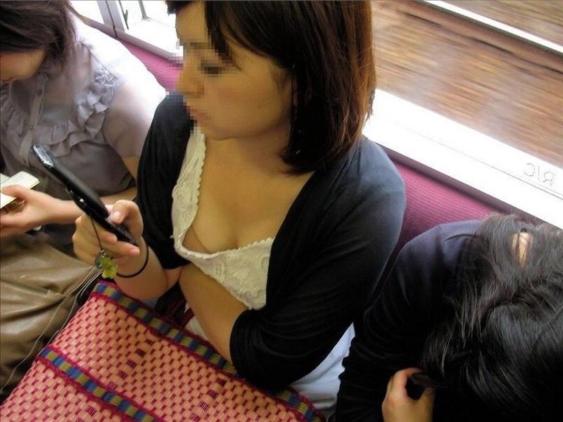 【素人乳首チラ画像】覗くつもりが無くても乳首が見えちゃう無防備過ぎる素人娘たち 29