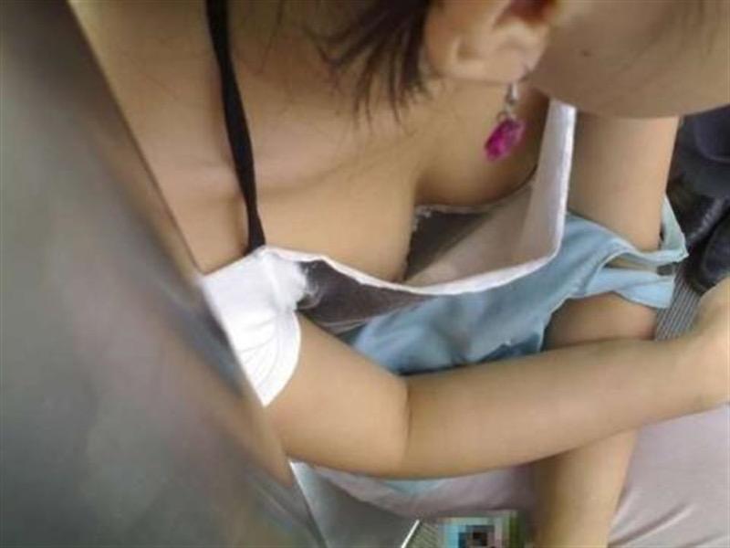 【素人乳首チラ画像】覗くつもりが無くても乳首が見えちゃう無防備過ぎる素人娘たち 30