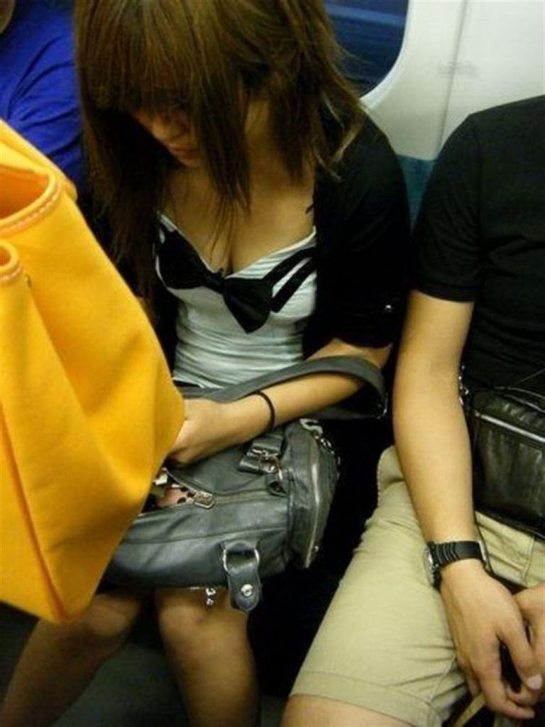 【素人乳首チラ画像】覗くつもりが無くても乳首が見えちゃう無防備過ぎる素人娘たち 65