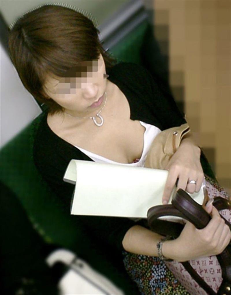 【素人乳首チラ画像】覗くつもりが無くても乳首が見えちゃう無防備過ぎる素人娘たち 68