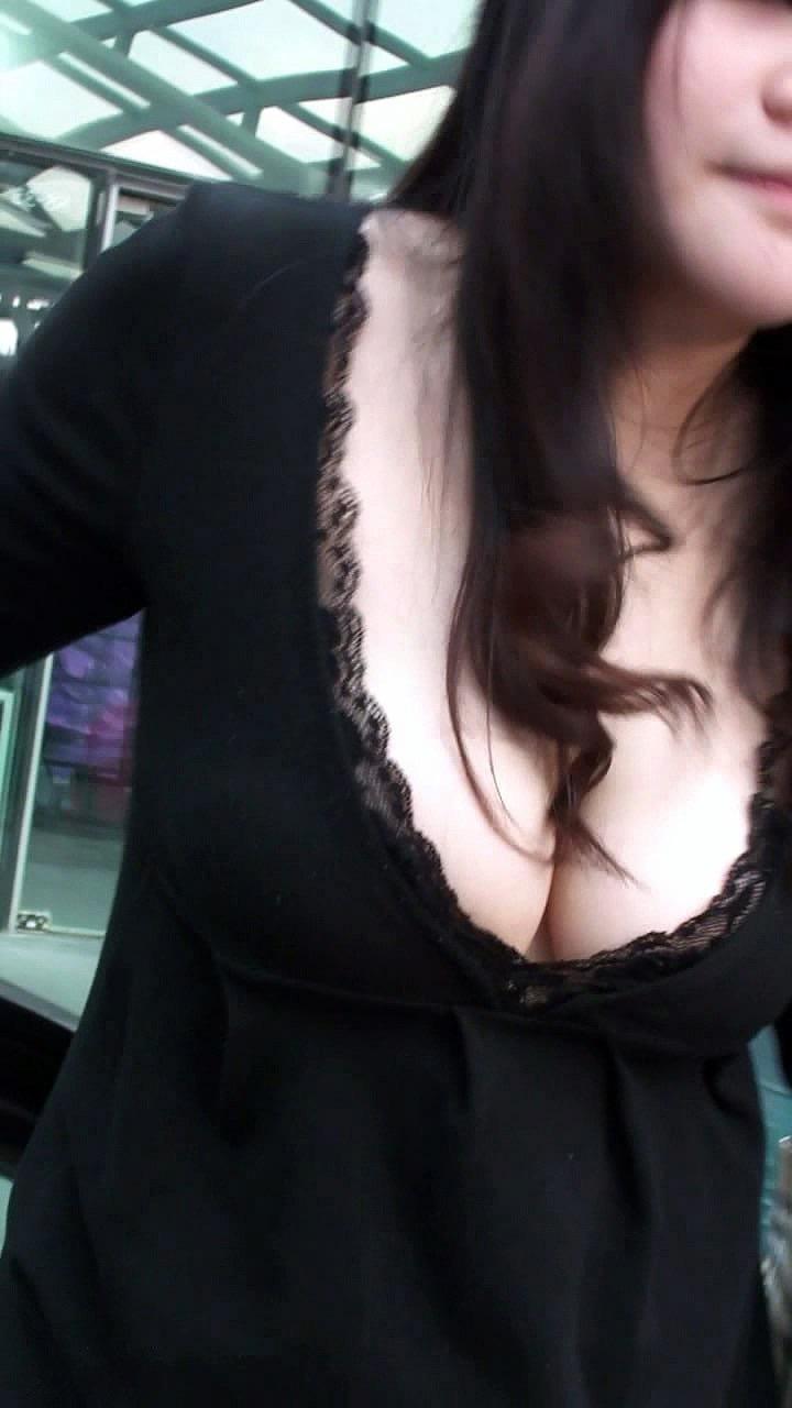 【素人乳首チラ画像】覗くつもりが無くても乳首が見えちゃう無防備過ぎる素人娘たち 75