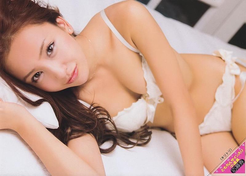【板野友美エロ画像】大胆に谷間を見せつけるグラビア画像がエロい元AKB48アイドル
