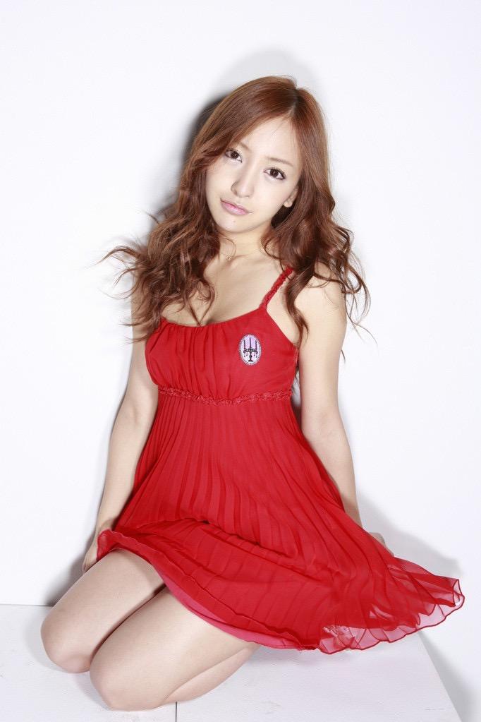 【板野友美エロ画像】大胆に谷間を見せつけるグラビア画像がエロい元AKB48アイドル 27