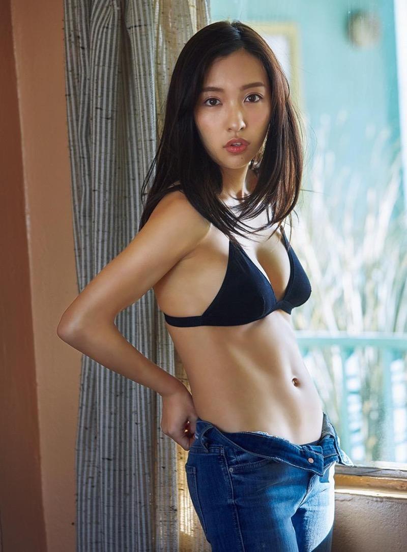【板野友美エロ画像】大胆に谷間を見せつけるグラビア画像がエロい元AKB48アイドル 49