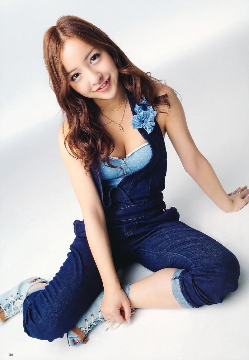 【板野友美エロ画像】大胆に谷間を見せつけるグラビア画像がエロい元AKB48アイドル 50