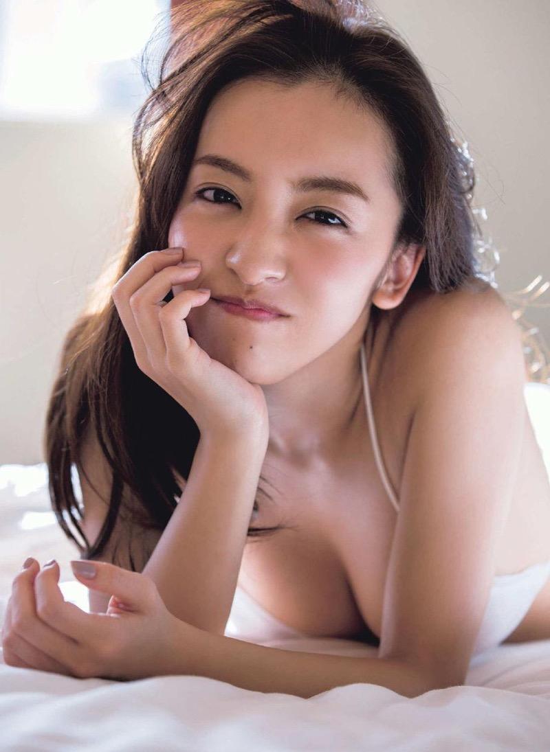 【板野友美エロ画像】大胆に谷間を見せつけるグラビア画像がエロい元AKB48アイドル 62