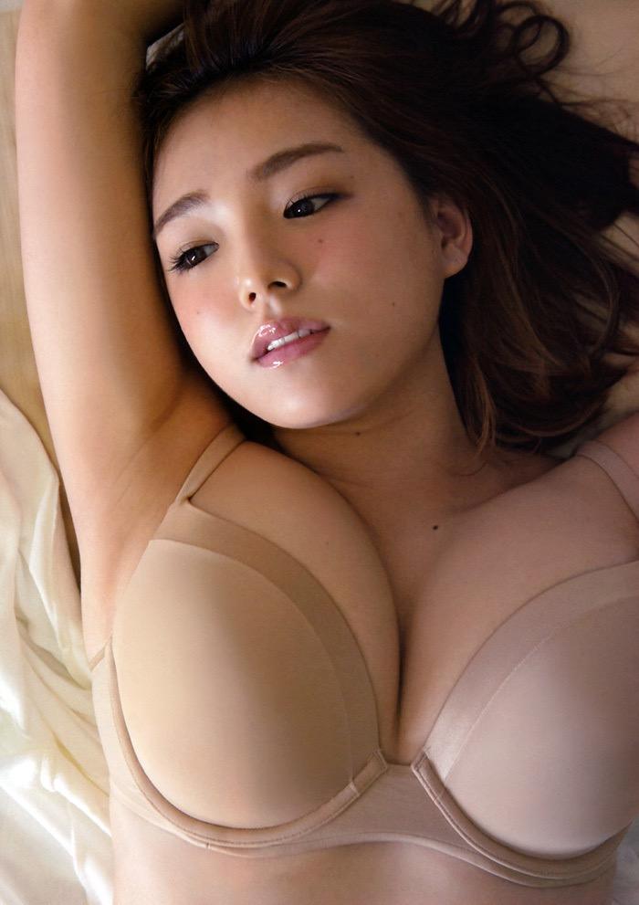 【爆乳エロ画像】今にもビキニが弾けておっぱいポロリしちゃいそうなグラドル美女 10