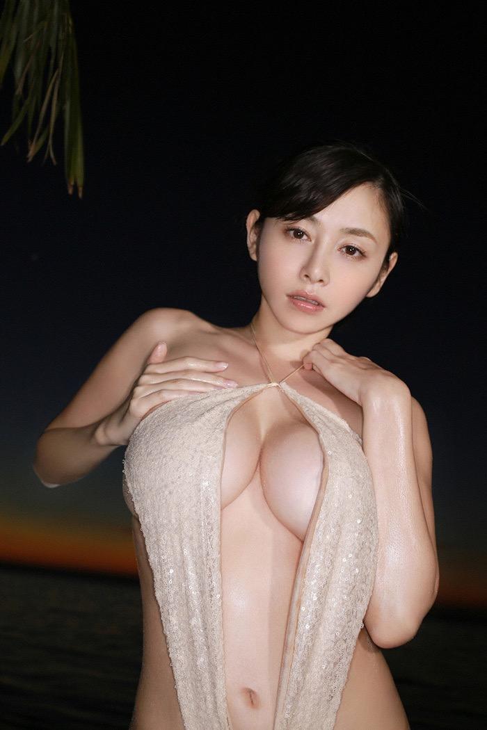 【爆乳エロ画像】今にもビキニが弾けておっぱいポロリしちゃいそうなグラドル美女 38