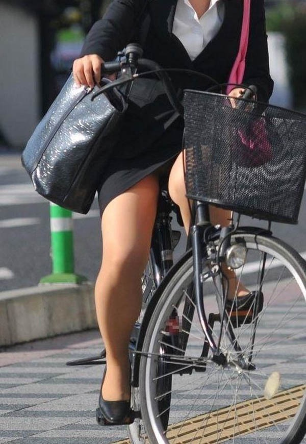 【ハプニングおまんこ画像】日本で世界でおまんこが見えちゃった女の子のエロ画像 22