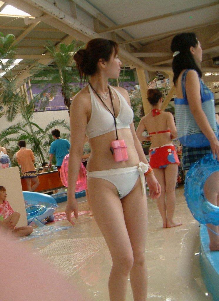 【ハプニングおまんこ画像】日本で世界でおまんこが見えちゃった女の子のエロ画像 30