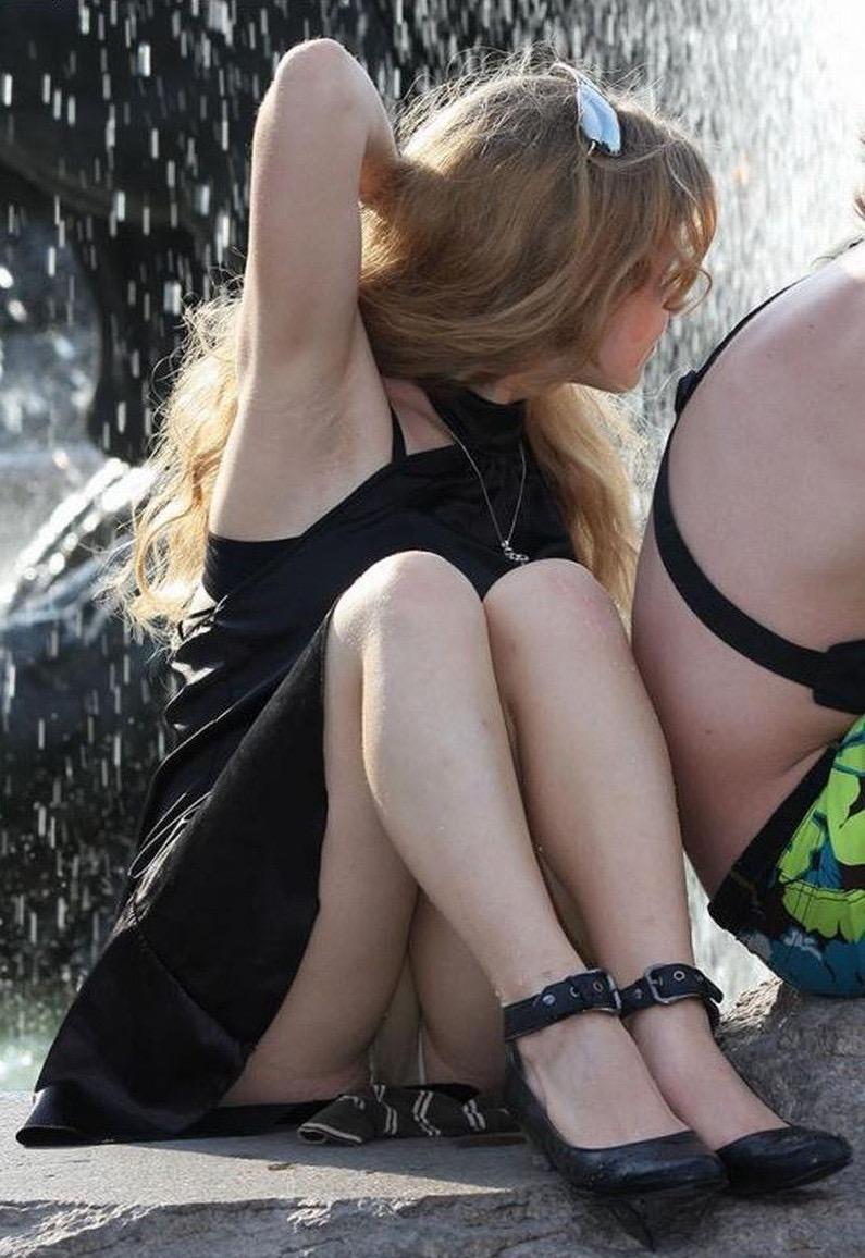 【ハプニングおまんこ画像】日本で世界でおまんこが見えちゃった女の子のエロ画像 35