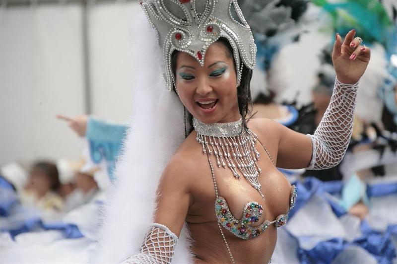 【素人サンバエロ画像】サンバカーニバルで大衆の前で大胆に身体を晒す露出女! 09