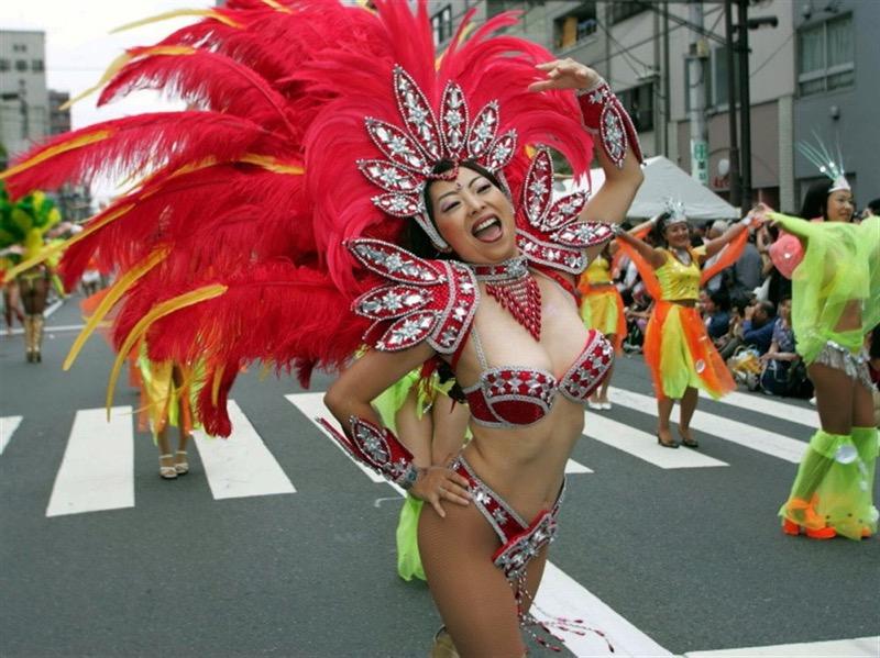 【素人サンバエロ画像】サンバカーニバルで大衆の前で大胆に身体を晒す露出女! 14