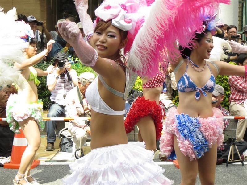 【素人サンバエロ画像】サンバカーニバルで大衆の前で大胆に身体を晒す露出女! 15