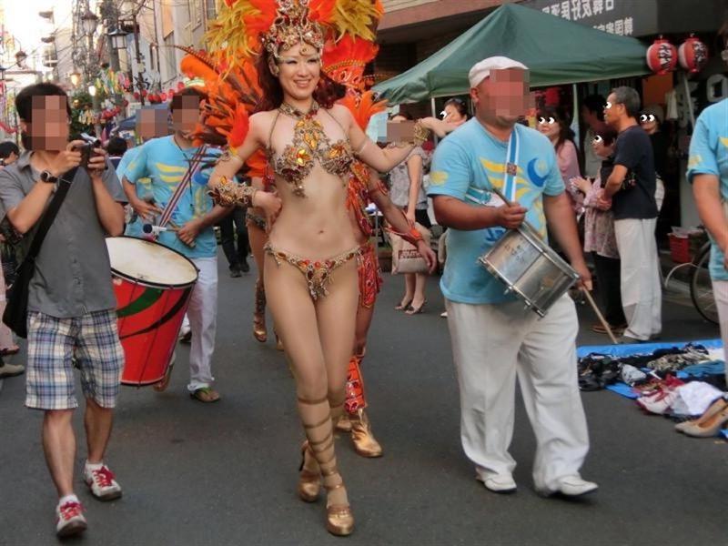 【素人サンバエロ画像】サンバカーニバルで大衆の前で大胆に身体を晒す露出女! 19