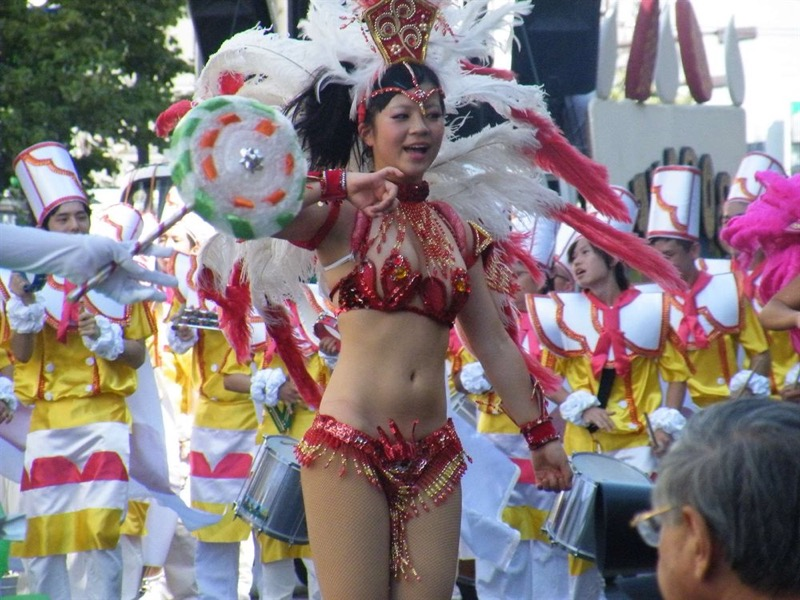 【素人サンバエロ画像】サンバカーニバルで大衆の前で大胆に身体を晒す露出女! 20