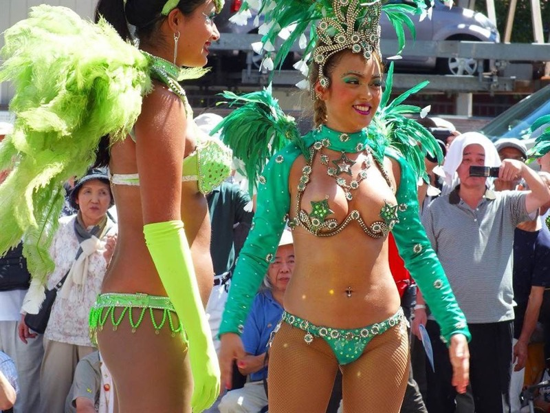 【素人サンバエロ画像】サンバカーニバルで大衆の前で大胆に身体を晒す露出女! 22