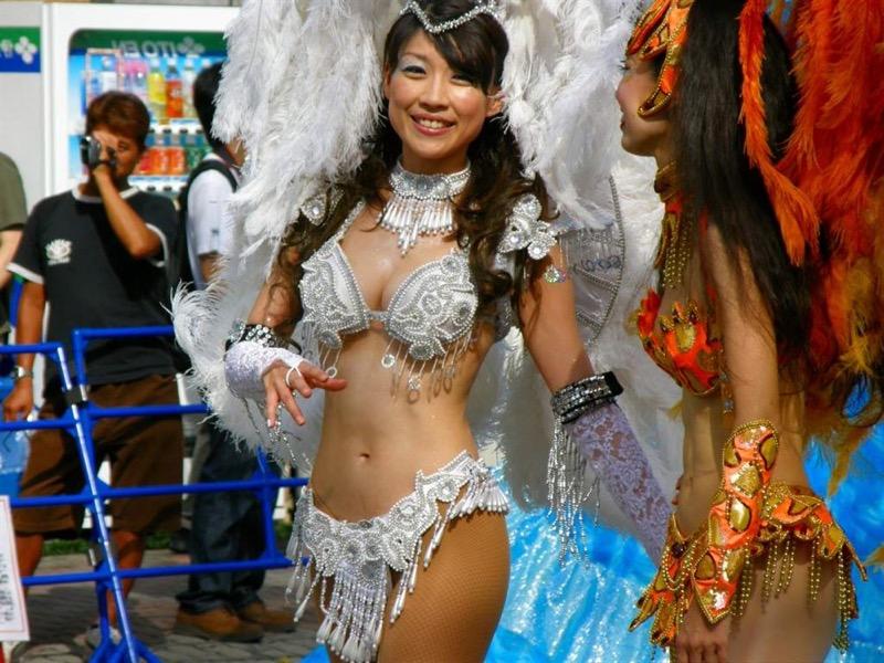 【素人サンバエロ画像】サンバカーニバルで大衆の前で大胆に身体を晒す露出女! 23