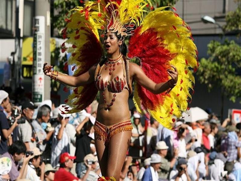 【素人サンバエロ画像】サンバカーニバルで大衆の前で大胆に身体を晒す露出女! 25