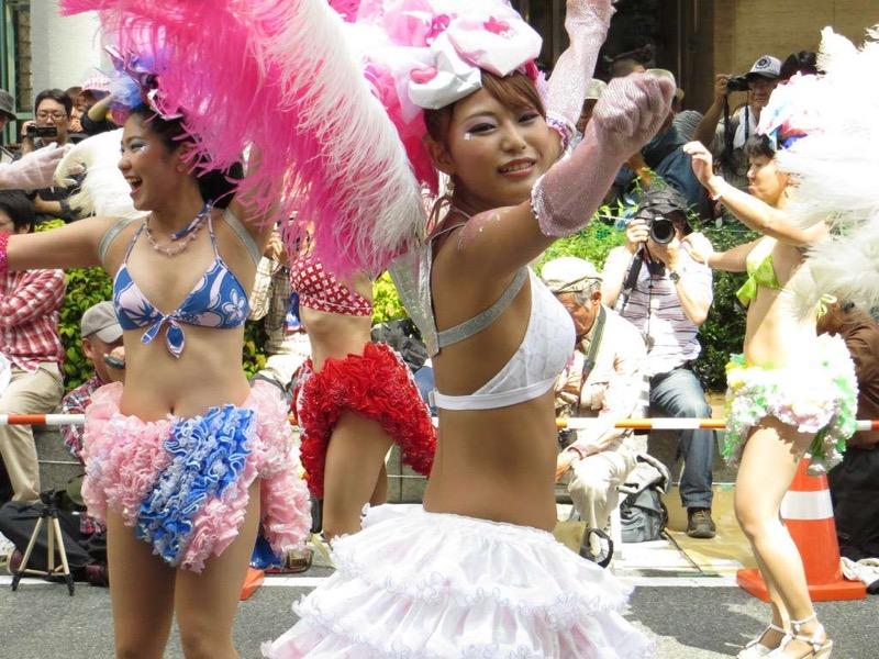 【素人サンバエロ画像】サンバカーニバルで大衆の前で大胆に身体を晒す露出女! 26