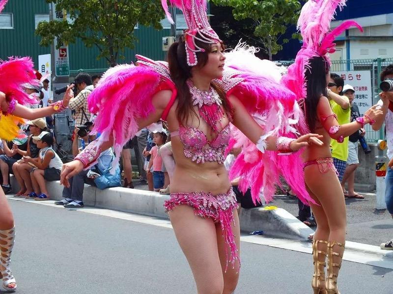 【素人サンバエロ画像】サンバカーニバルで大衆の前で大胆に身体を晒す露出女! 27