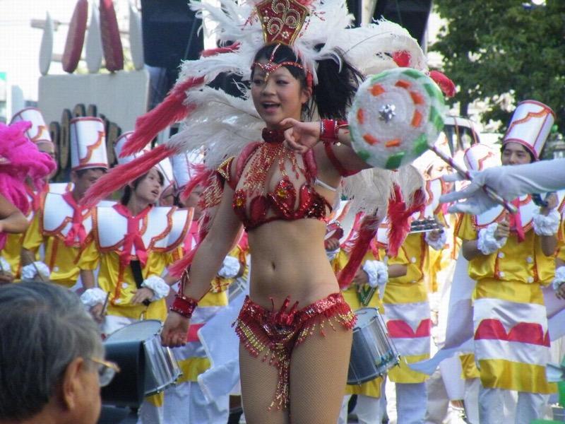 【素人サンバエロ画像】サンバカーニバルで大衆の前で大胆に身体を晒す露出女! 30