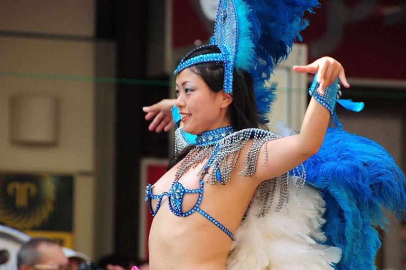 【素人サンバエロ画像】サンバカーニバルで大衆の前で大胆に身体を晒す露出女! 31