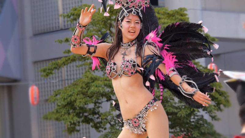 【素人サンバエロ画像】サンバカーニバルで大衆の前で大胆に身体を晒す露出女! 32