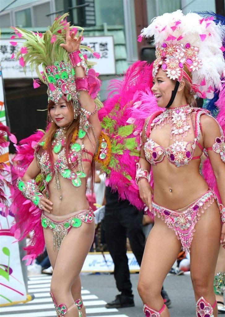 【素人サンバエロ画像】サンバカーニバルで大衆の前で大胆に身体を晒す露出女! 37