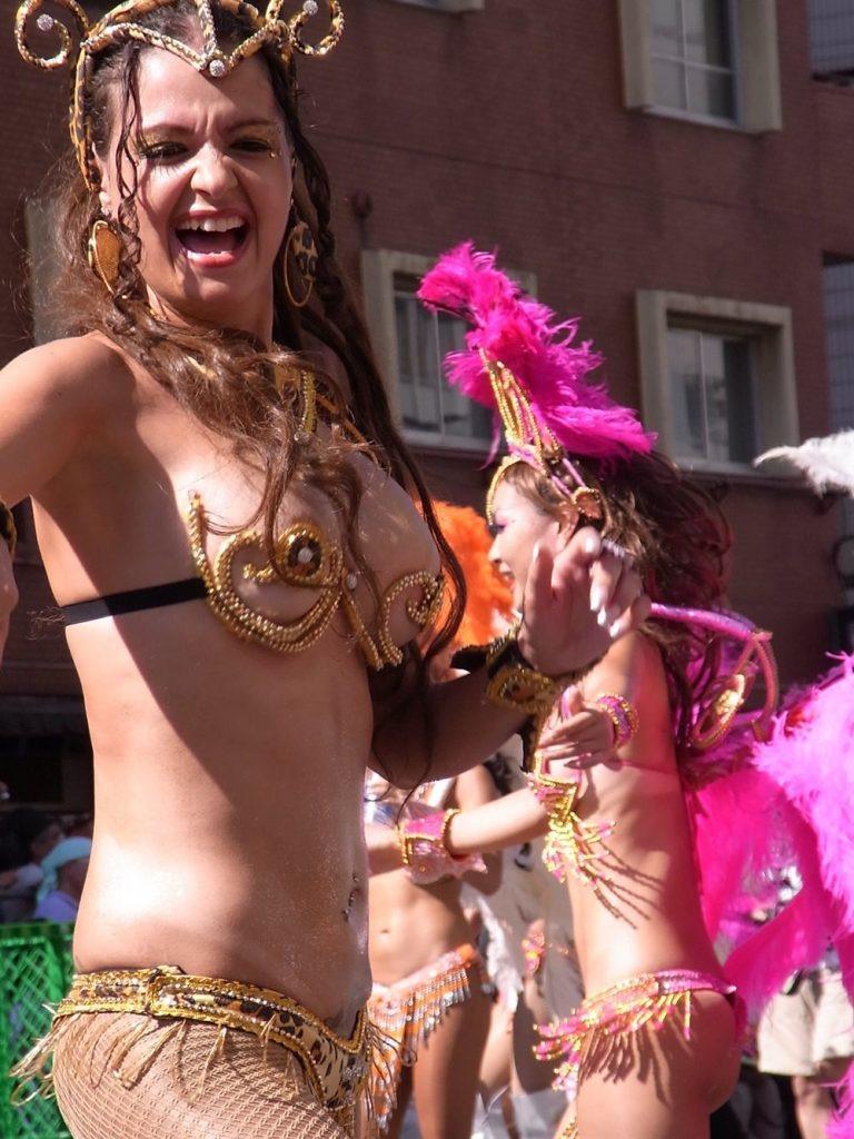 【素人サンバエロ画像】サンバカーニバルで大衆の前で大胆に身体を晒す露出女! 41