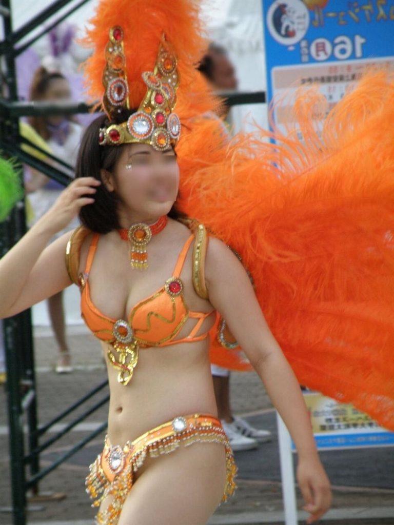 【素人サンバエロ画像】サンバカーニバルで大衆の前で大胆に身体を晒す露出女! 42