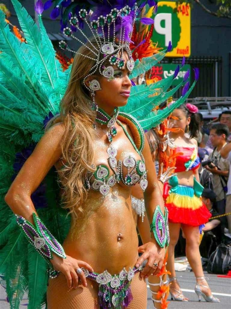 【素人サンバエロ画像】サンバカーニバルで大衆の前で大胆に身体を晒す露出女! 48