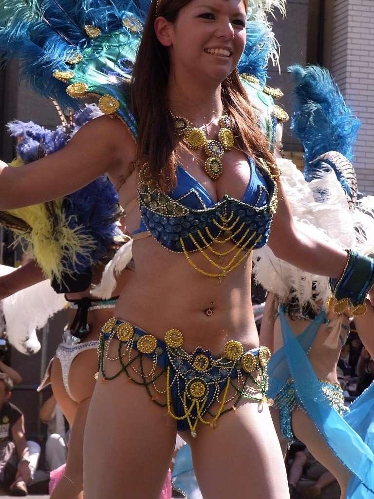 【素人サンバエロ画像】サンバカーニバルで大衆の前で大胆に身体を晒す露出女! 52