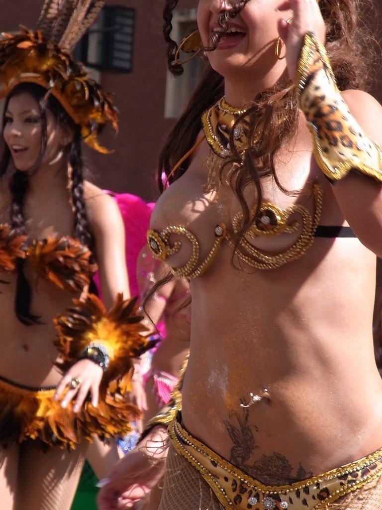 【素人サンバエロ画像】サンバカーニバルで大衆の前で大胆に身体を晒す露出女! 53