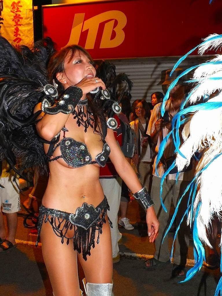 【素人サンバエロ画像】サンバカーニバルで大衆の前で大胆に身体を晒す露出女! 54