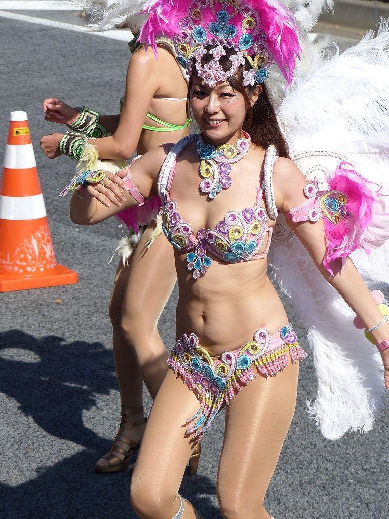 【素人サンバエロ画像】サンバカーニバルで大衆の前で大胆に身体を晒す露出女! 55