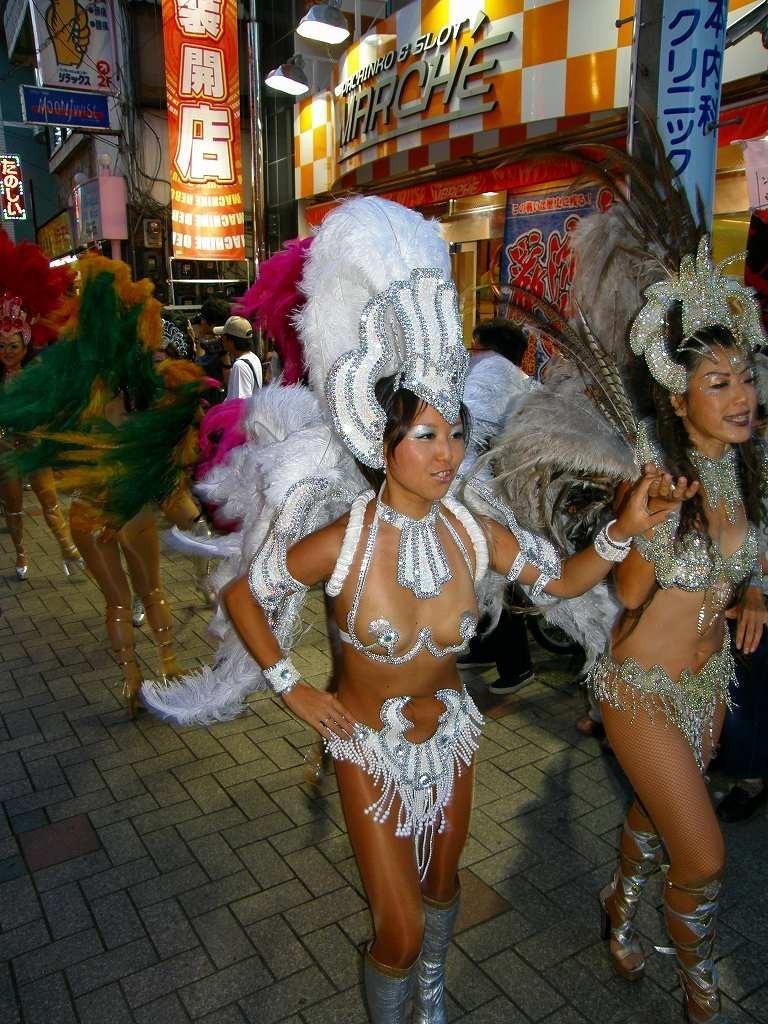 【素人サンバエロ画像】サンバカーニバルで大衆の前で大胆に身体を晒す露出女! 57
