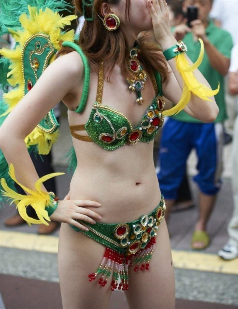 【素人サンバエロ画像】サンバカーニバルで大衆の前で大胆に身体を晒す露出女! 61