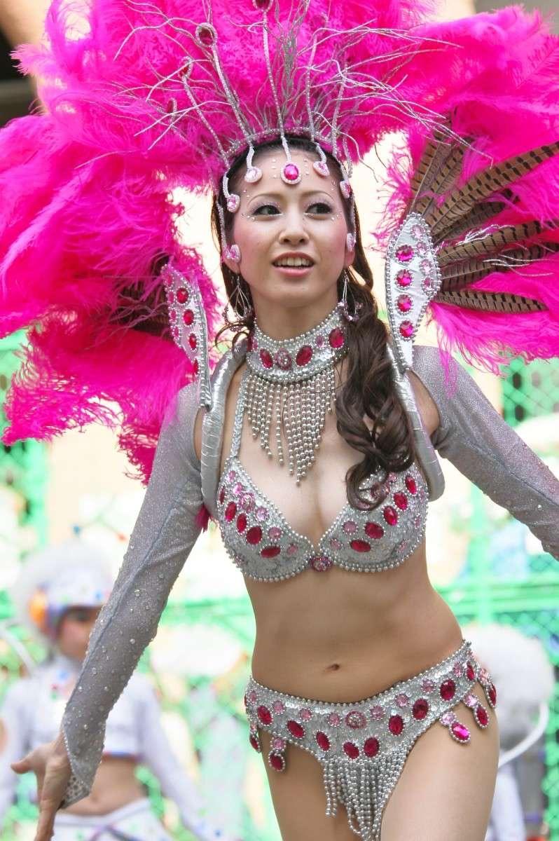 【素人サンバエロ画像】サンバカーニバルで大衆の前で大胆に身体を晒す露出女! 67