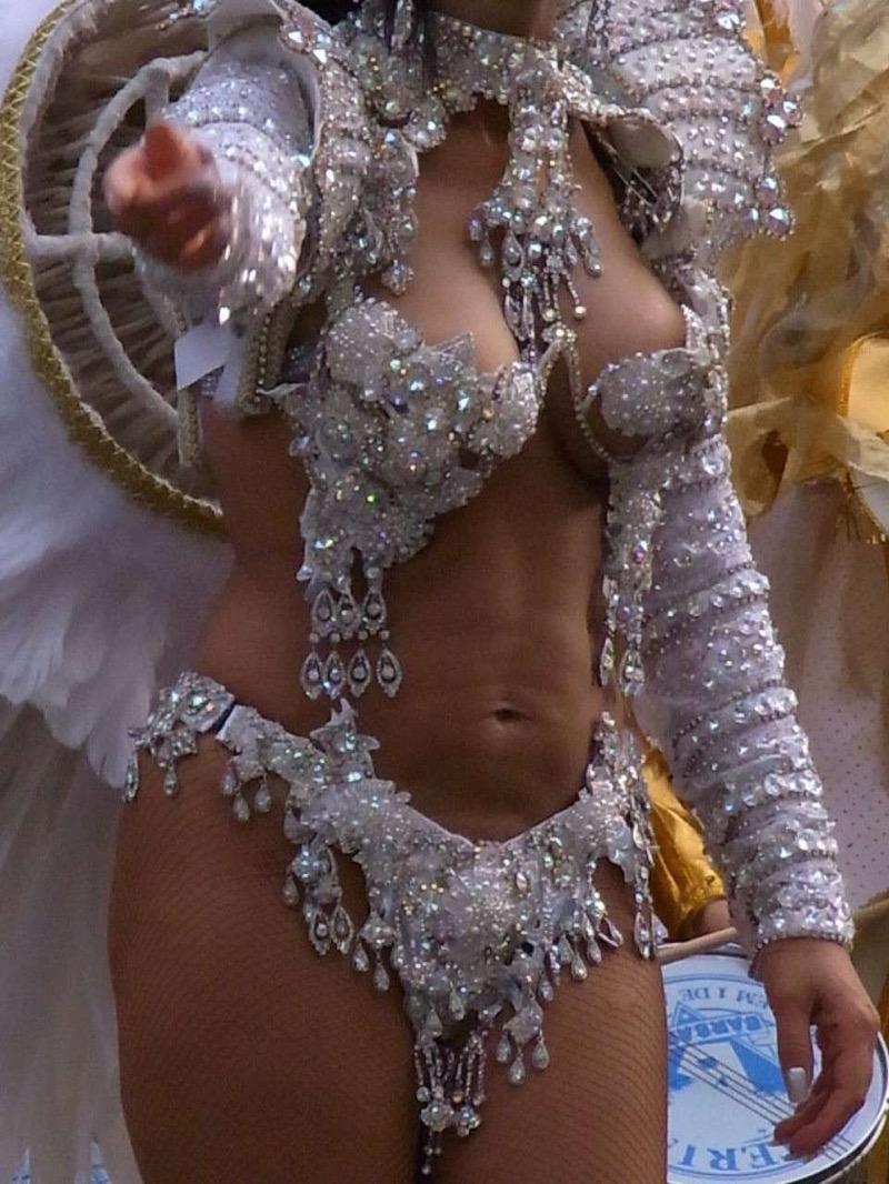 【素人サンバエロ画像】サンバカーニバルで大衆の前で大胆に身体を晒す露出女! 74