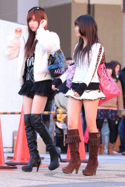 【ミニスカエロ画像】春になってパンチラも気にせずミニスカートに穿き替える素人娘たち 09